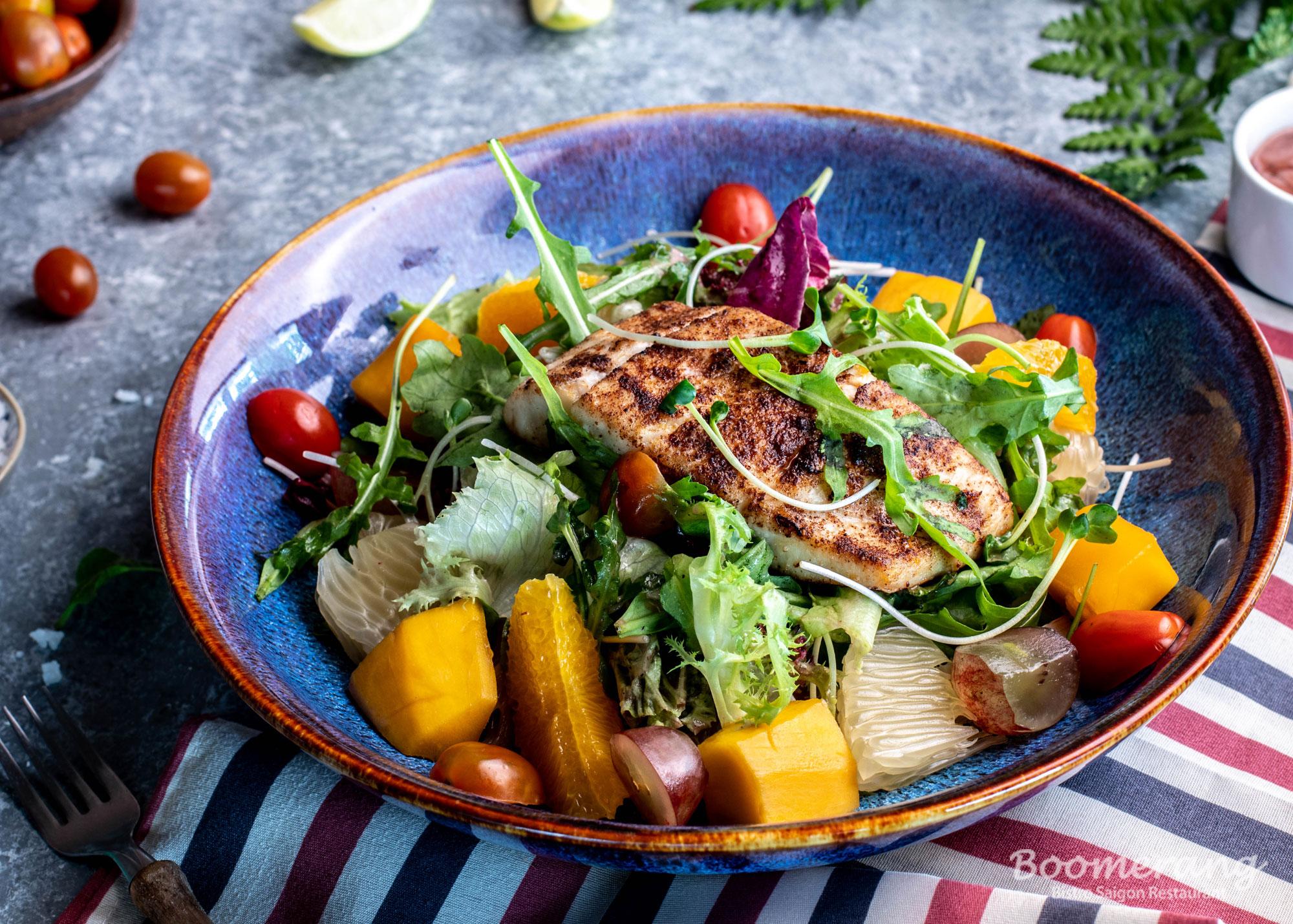 Salmon salad nhà hàng Boomerang Bistro Saigon