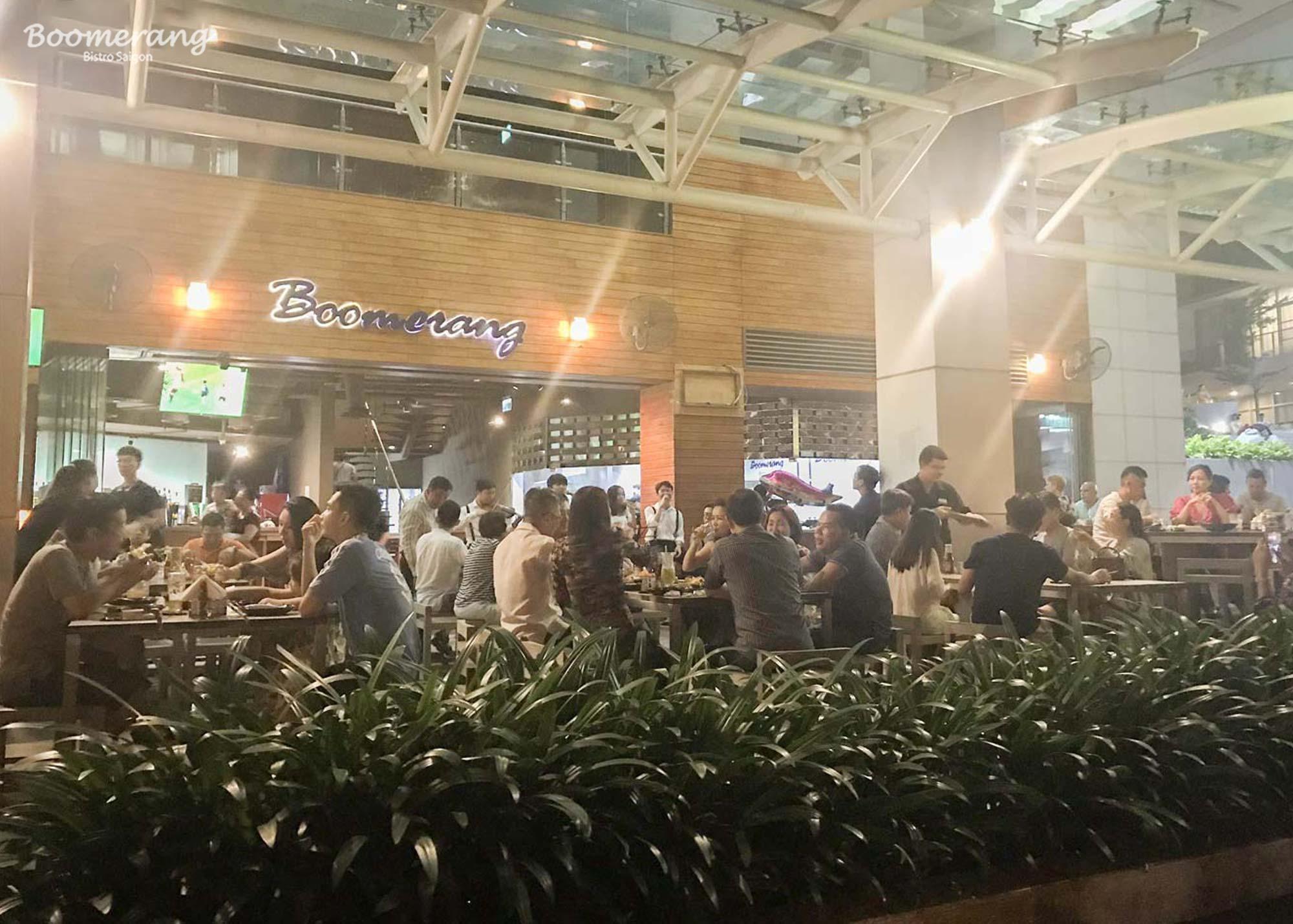 Khách hàng tham gia sự kiện ra mắt menu mới nhà hàng Boomerang