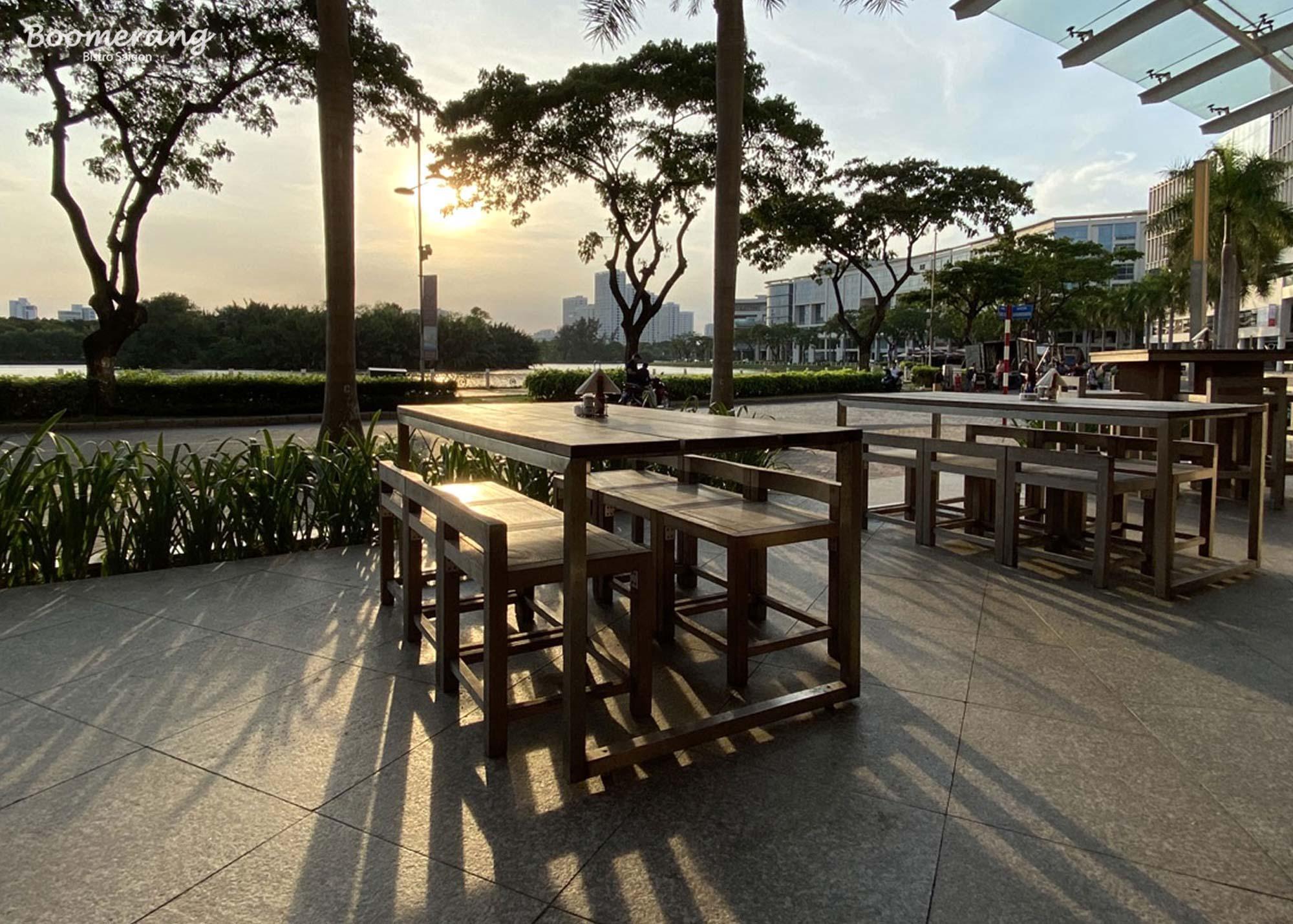 Không gian mặt tiền nhà hàng boomerang bistro saigon
